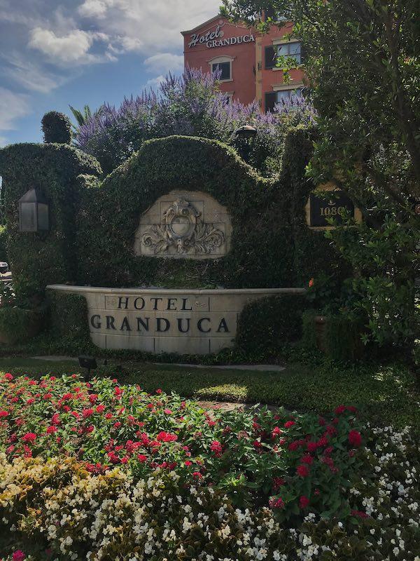 entry landscaping Hotel Granduca Houston
